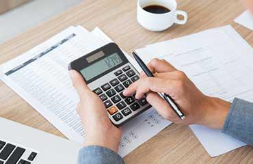 contabilidade-financas-mesa-papel-utilizando_1262-2292